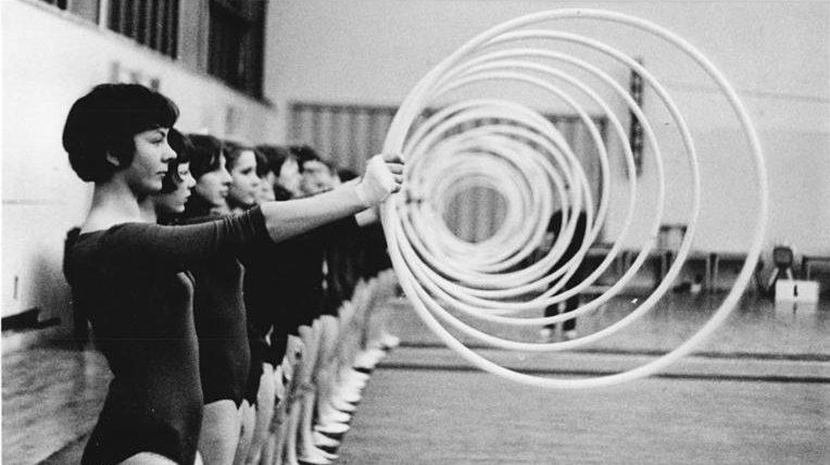 Zentralbild Liebers 21-4-70 Gera: Frauengymnastikgruppe - Zweimal wöchentlich treffen sich 50 Geraer Mädchen und Frauen zwischen 13 und 23 Jahren zum Gymnastiktraining. Die Gruppe wurde in Vorbereitung des V. Deutschen Turn- und Sportfestes der DDR gegründet. Der